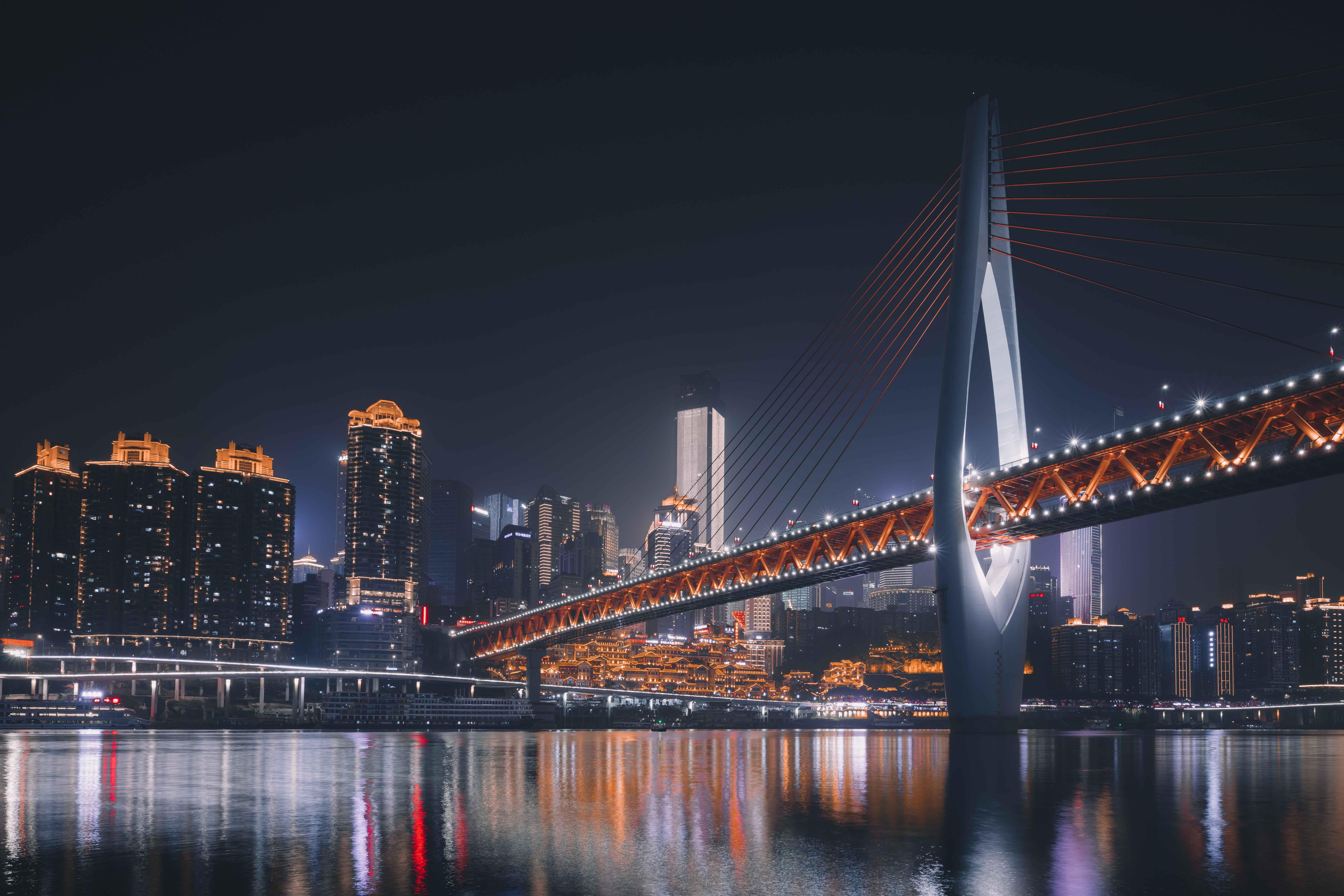 Du khách đi dạo dọc theo cầu Qiansimen hoặc ngồi du thuyền trên sông Gia Linh để chiêm ngưỡng toàn cảnh Hồng Nhai Động.