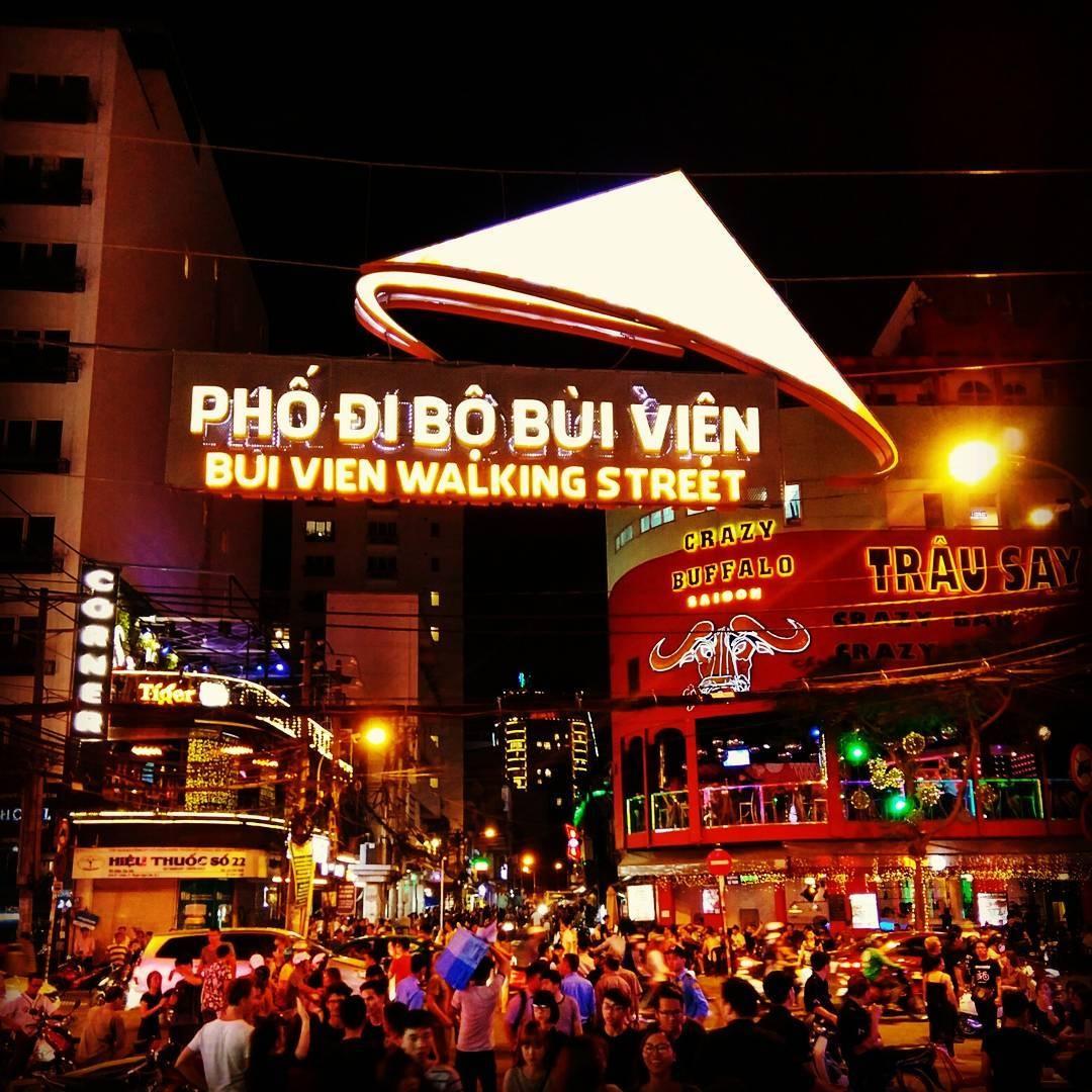 5. Phố đi bộ Bùi Viện. Nếu nhắc đến một địa điểm ăn chơi tại Sài Gòn, chắc chắn không thể không kể đến phố Bùi Viện. Nơi đây từng được biết đến là khu phố Tây ba lô do tập trung nhiều du khách phương Tây.