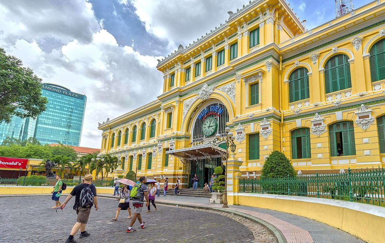2. Bưu điện trung tâm Sài Gòn. Cùng với Nhà thờ Đức Bà, Bưu điện trung tâm Sài Gòn là địa danh mà hầu như du khách nào cũng ghé thăm khi đến Sài Gòn. Công trình này mang phong cách kiến trúc phương Tây kết hợp với lối trang trí phương Đông, được người Pháp xây dựng từ những năm 1886 – 1891.
