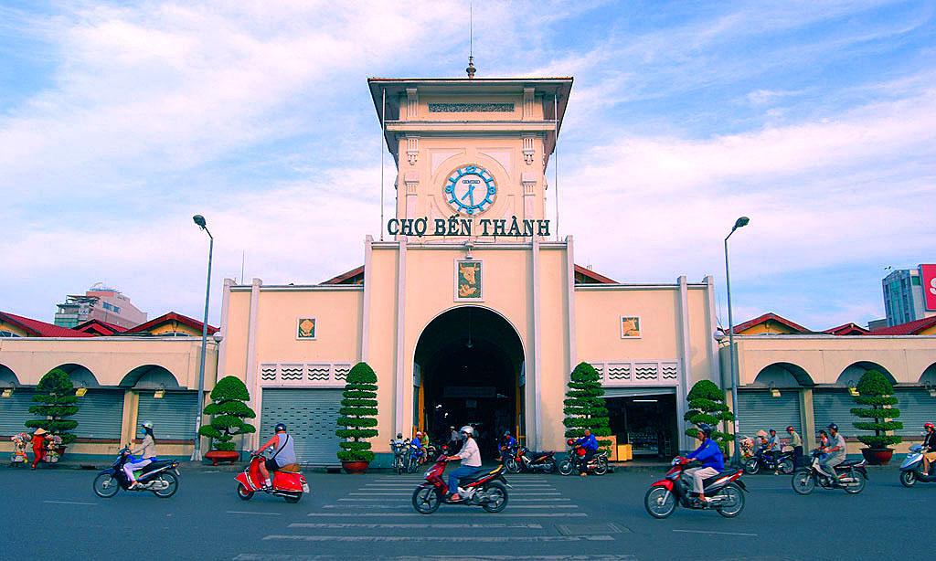 8. Chợ Bến Thành. Nếu chợ Đồng Xuân được nhắc đến đầu tiên khi nghĩ về Hà Nội thì Bến Thành sẽ là cái tên biểu tượng cho khu chợ nổi tiếng nhất Sài Gòn. Đây không chỉ là khu chợ kinh doanh buôn bán thông thường mà còn là chứng nhân qua nhiều thăng trầm lịch sử.