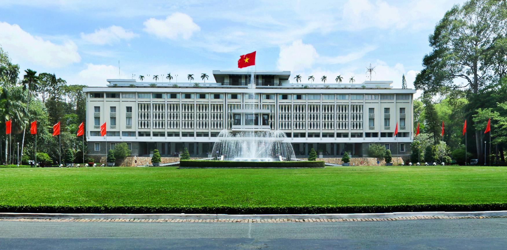 3. Dinh độc lập. Dinh Độc Lập được công nhận là Di tích lịch sử văn hóa quốc gia, được xem như biểu tượng của chiến thắng và hòa bình. Nhờ nét đẹp và ý nghĩ lịch sử lớn lao, Dinh độc lập là một trong những điểm tham quan thu hút nhất tại Sài Gòn.