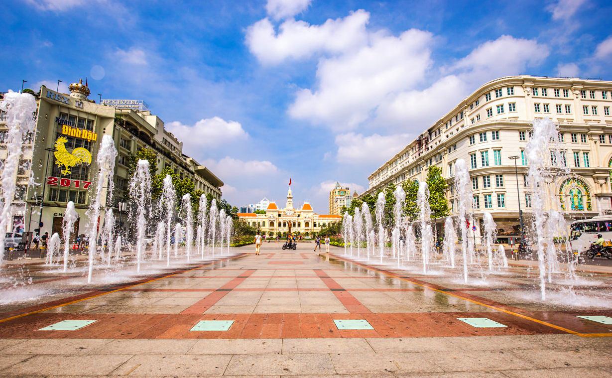 9. Phố đi bộ Nguyễn Huệ. Có kẽ không có nơi nào thu hút nhiều giới trẻ thành phố như phố đi bộ Nguyễn Huệ. Vào mỗi tối, rất nhiều bạn trẻ đến đây tản bộ, vui chơi, sinh hoạt, thậm chí đây còn là nơi tổ chức nhiều chương trình hoành tráng nhất tại Sài Gòn.