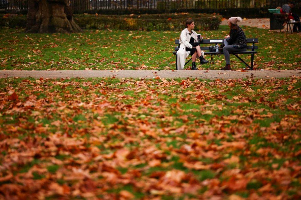 Lá thu rơi đầy trong khuôn viên quảng trường Russell Square, London, Anh. Tháng 11 bắc bán cầu đang vào thu, thời điểm lý tưởng để con người cảm nhận thời gian đẹp nhất trong năm khi những rừng cây thay lá. Ảnh: Reuters.